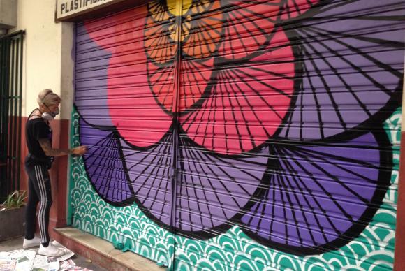 Artista substitui mensagens homofóbicas em porta de estabelecimento comercial no Rio. Foto: Akemi Nitahara / Agência Brasil