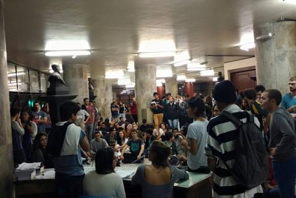 Estudantes de direito da UFMG discutem processo de impeachment - Foto: Léo Rodrigues - Agência Brasil