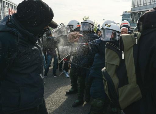 Policial usa uma bomba de gás lacrimogêneo contra um militante de esquerda. Foto: AFP Philipp Guelland (Foto: AFP Philipp Guelland)