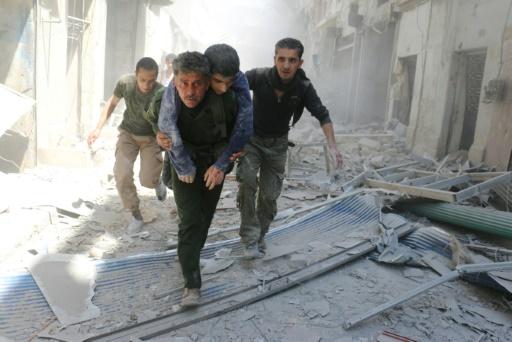 Voluntários ajudam vítimas do bombardeio contra uma clínica médica em Aleppo, Síri. Foto: AFP Ameer Alhalbi