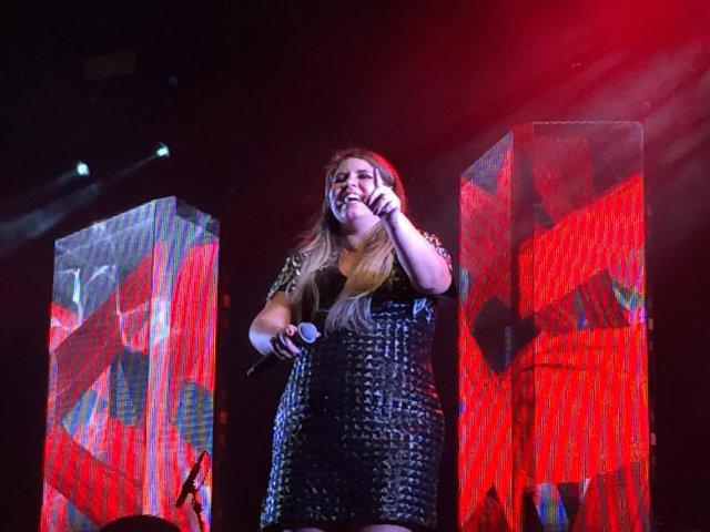 Marília Mendonça encanta com voz potente e simpatia no palco. Foto: Marina Simões/DP