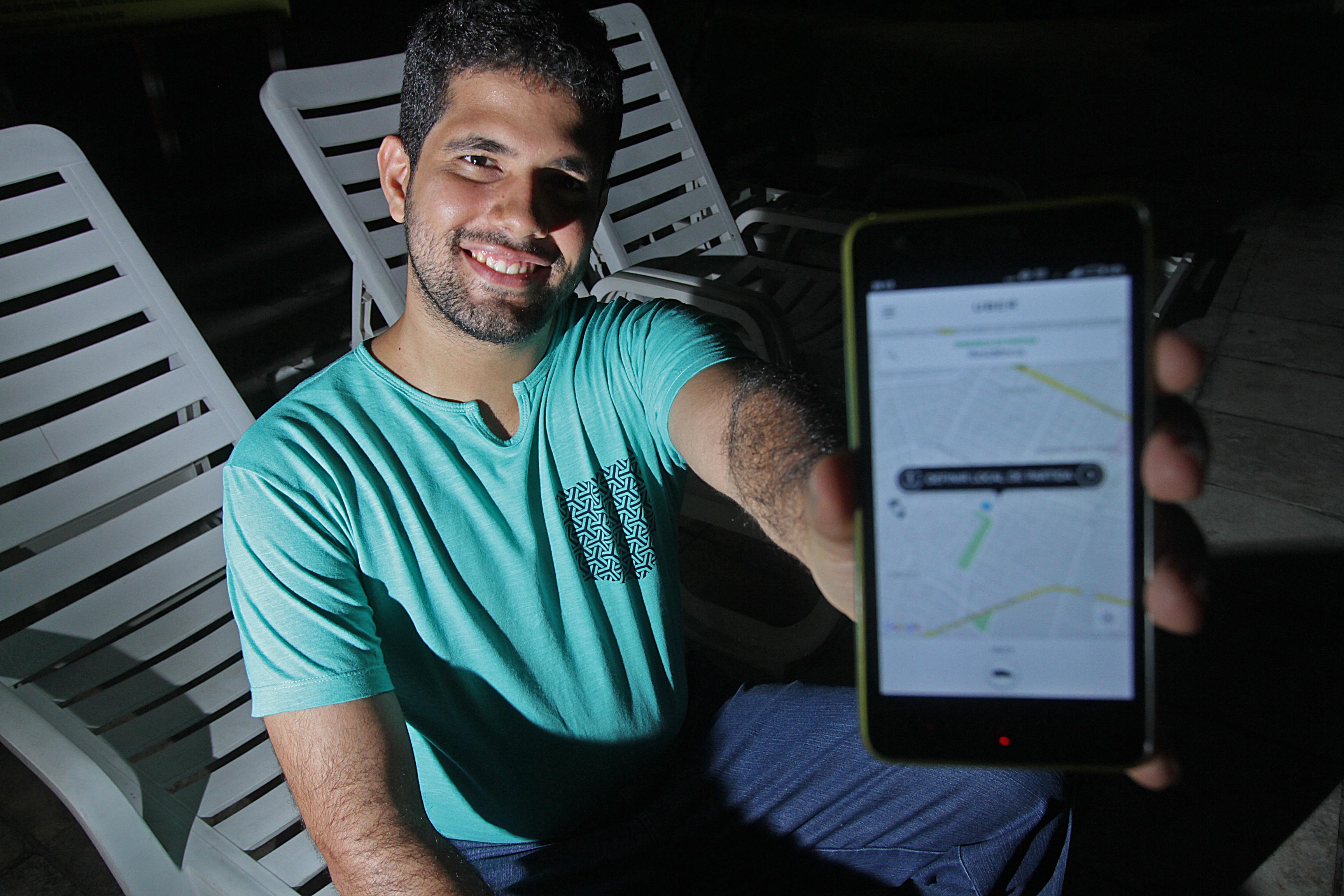 André Nogueira, 28 anos, só usa táxi quando encontra promoções nos aplicativos. Sua primeira opção agora é a Uber. Roberto Ramos/DP