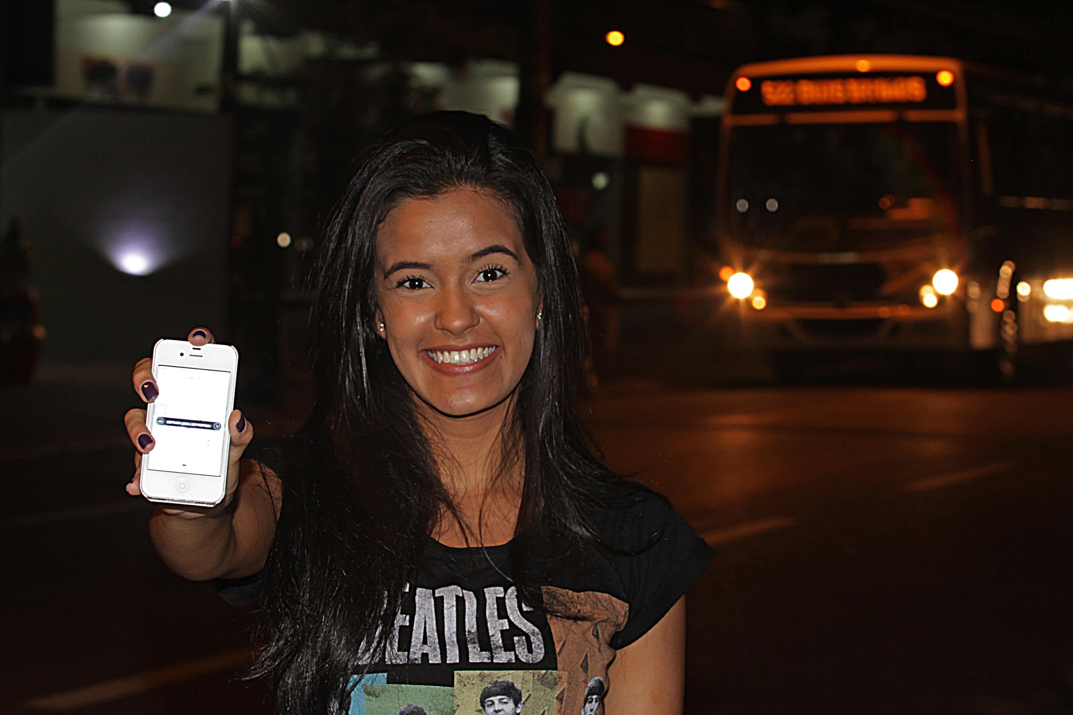 Bianca Higino, 22 anos, conheceu o serviço em São Paulo e não abre mão de usá-lo no Recife. Roberto Ramos/DP