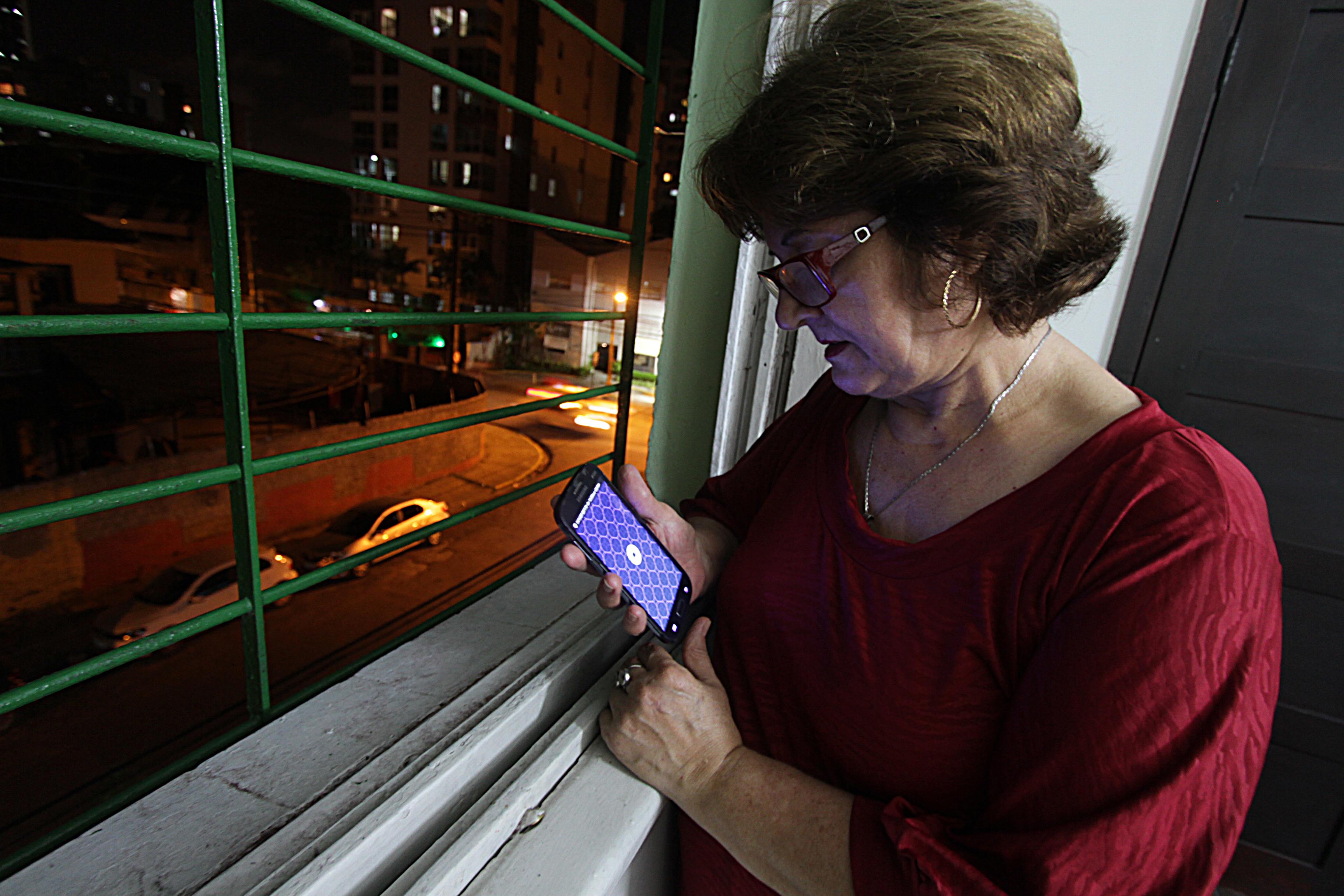 Maria Elisa Lara, 65 anos, baixou o aplicativo Uber com ajuda dos filhos e agora ensina os amigos da sua faixa etária a fazerem o mesmo. Roberto Ramos/DP