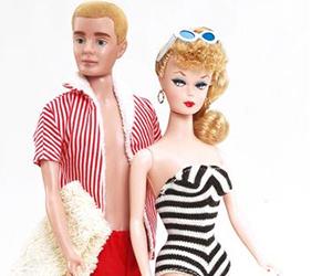 A primeira Barbie e o primeiro boneco Ken, lançados pela Mattel. Foto: Mattel/Divulgação