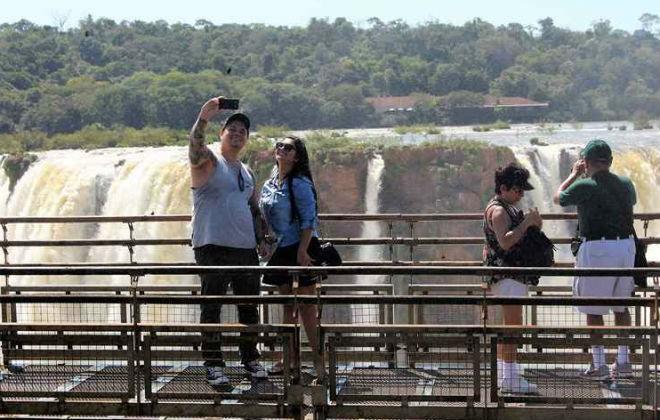 No alto, turistas costumam fazer selfies, além de apreciar a vista. Foto: Renato Alves/CB/D.A. Press