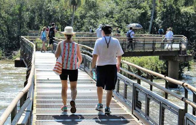 Visitantes podem passear sobre o rio, em trilhas de madeira, no meio do parque. Foto: Renato Alves/CB/D.A. Press