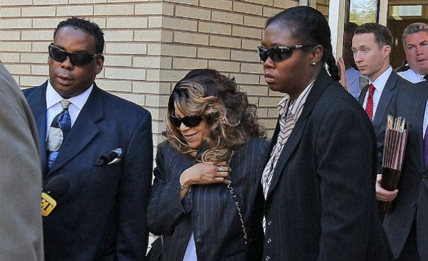 Tyka Nelson, irmã do cantor Prince, deixa tribunal nos Estados Unidos após audiência sobre herança deixada por ele. Foto: Getty Images/Reprodução