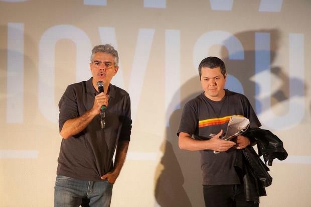 Ator Nizo Neto e diretor Bruno Safadi apresentaram O Prefeito no palco. Foto: Daniela Nader/ Divulgação