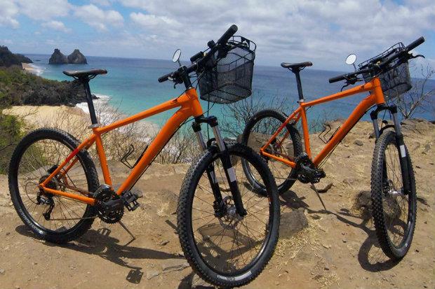 As bicicletas são híbridas. O modelo se adequa a vias urbanas e a trilhas. Foto: Divulgação.