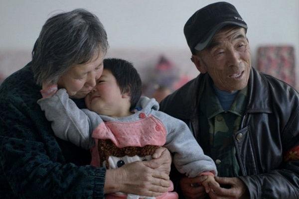 Diversos países e culturas diferentes foram visitadas para observar o relacionamento das famílias com seus bebês. Foto: Maria Farinha Filme/Divulgação