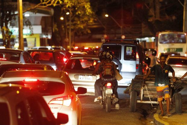 Na foto, engarrafamento na avenida Joao de Barros. Foto: Ricardo Fernandes/DP.