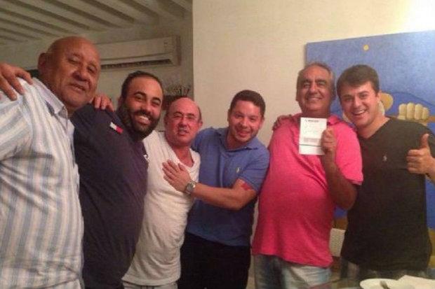 Riva (de branco, ao centro) comemora o prêmio com o filho Riva Júnior (de preto, à direita) e amigos. (Foto: Facebook/Reprodução)
