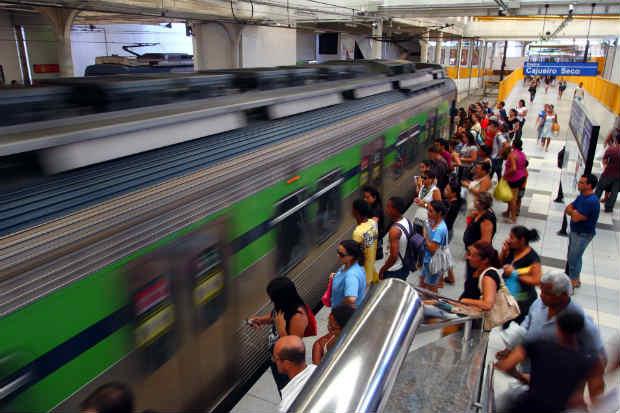 Treze trens da linha Centro e sete da linha Sul deixaram de circular neste domingo. Foto: Annaclarice Almeida/D.P