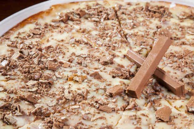 Kit Kat e calda de chocolate branco foram escalados para a nova pizza. Foto: Paulo Romão/Divulgação
