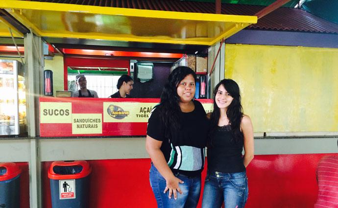 As duas estudantes de medicina da foto, Elvira e Mirela, ingressaram na faculdade pelo ProUni, mas divergem quanto ao rumo que Dilma deveria seguir. Foto: Nathallia Fonseca/Esp DP