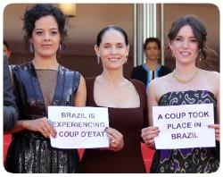 Firurinos em tons escuros ajudaram a manter o foco nos protestos políticos do elenco do Aquarius. Foto: Valery Hache/Divulgação