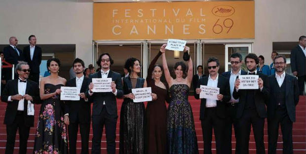 Elenco e equipe do filme levantaram placas contra o impeachment. Foto: Festival de Cannes/Divulgação