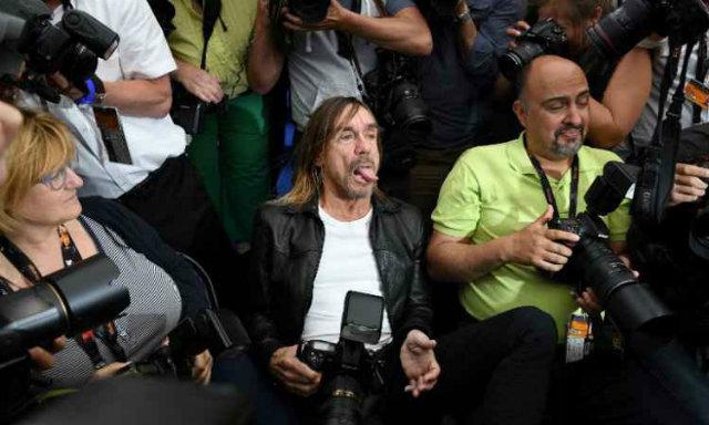 Iggy Pop se jogou no meio dos fotógrafos. Foto: Anne Christine / AFP Photo