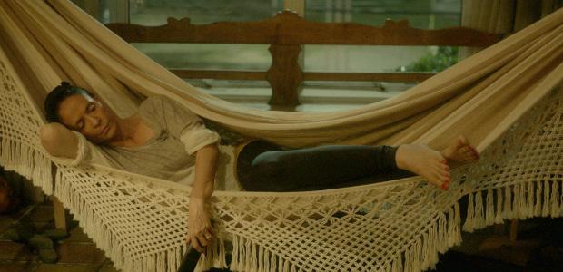 Interpretada por Sonia Braga, a personagem Clara ouve Roberto Carlos enquanto tenta relaxar. Foto: Victor Jucá/ Divulgação