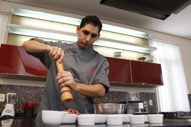 Clientes vão aprender a fazer Frango Xadrez. Foto: Rodrigo Silva/Esp.DP