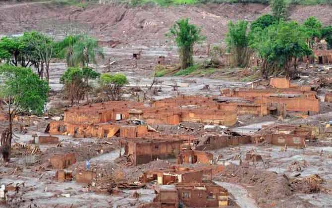 O subdistrito de Bento Rodrigues foi devastado pela lama de rejeito de min