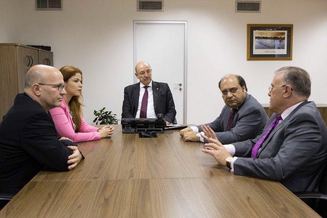 Ministro Osmar Terra, ao centro, reuniu-se com representantes do Minist