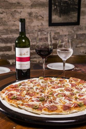 O menu do Vila Foria é composto por entrada, pizza grande, petit gateau e garrafa de vinho tinto ou branco. Foto: Divulgação