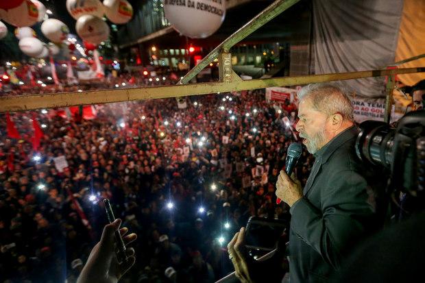Lula chorou duas vezes em protesto contra Temer e pediu respeito a setores da Pol