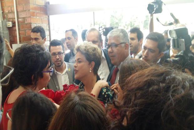 A presidente afastada foi acolhida por professores, estudantes, técnicos e movimentos sociais. Foto: Reprodução/WhatsApp.