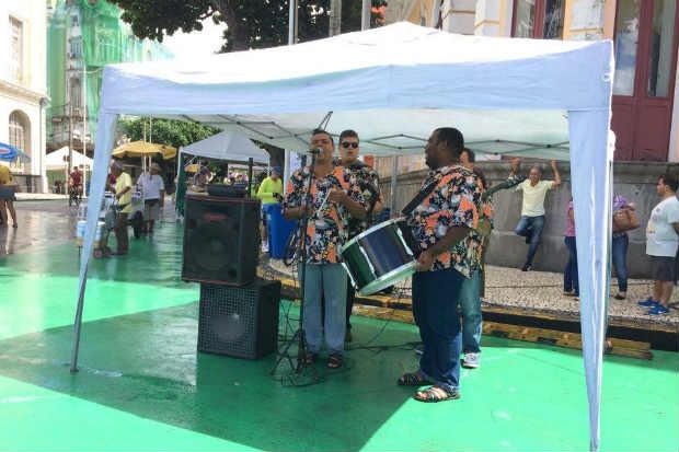 Forrozeiros garantiram a animação de quem passou pelo Recife antigo neste domingo. Foto: Sávio Gabriel/DP
