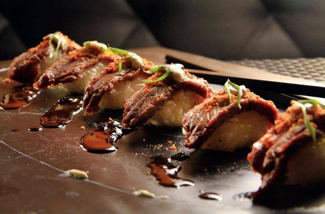 O carro-chefe da casa é o Sushi de carne de sol, finalizado com manteiga de garrafa, inspirado no Sushi de kobe beef servido em restaurantes japoneses de Nova York. Foto: Sérgio Lobo/Divulgação