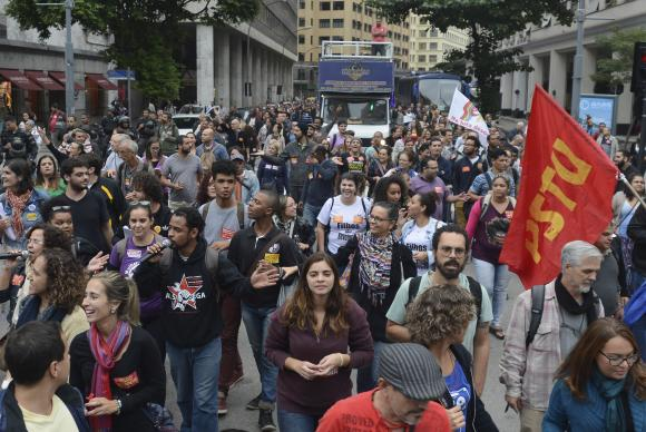 Professores e estudantes fazem manifesta