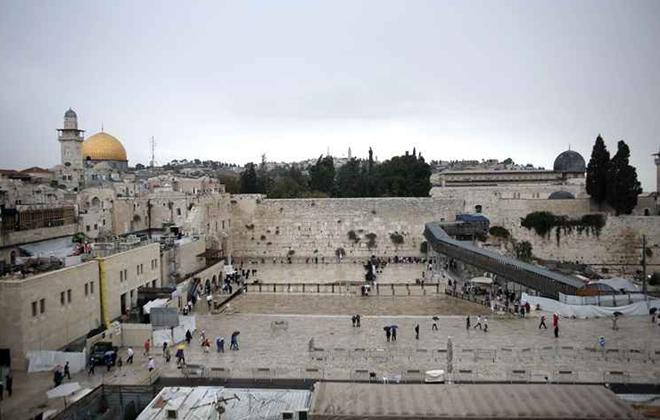 Em Jerusalém, o Muro das Lamentações é visitados por milhares de turistas. As autoridades locais mantêm a segurança reforçada. Foto: Ahmah Garabli/Reprodução