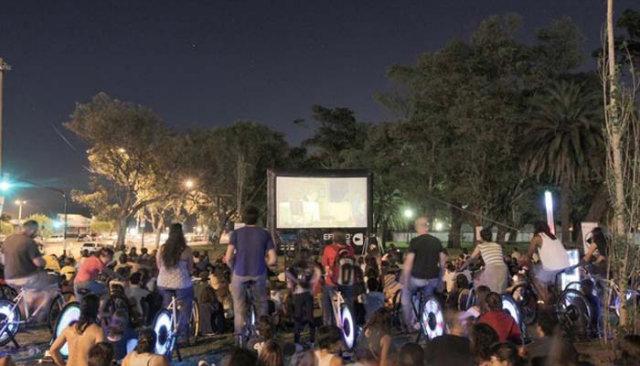 A iniciativa tem o objetivo de incentivar a mobilidade urbana e ocupar praças e espaços públicos. Foto: Cine Pedal/Divulgação