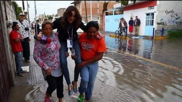 """""""Pede que a carruagem a carregue para não se molhar"""", brinca o amigo e jornalista José Daniel Hdez. Foto: Reprodução/Twitter"""