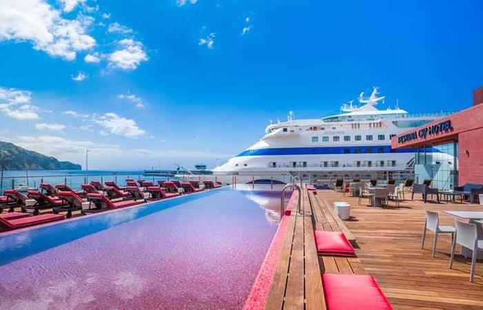Hotel conta com piscina na cobertura, bartenders à disposição e uma vista privilegiada para a cidade. Foto: Pestana CR7/Funchal/Divulgação
