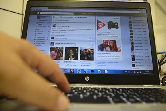 A tecnologia que conecta pessoas por meio da internet e suas redes sociais pode causar dor de cabe