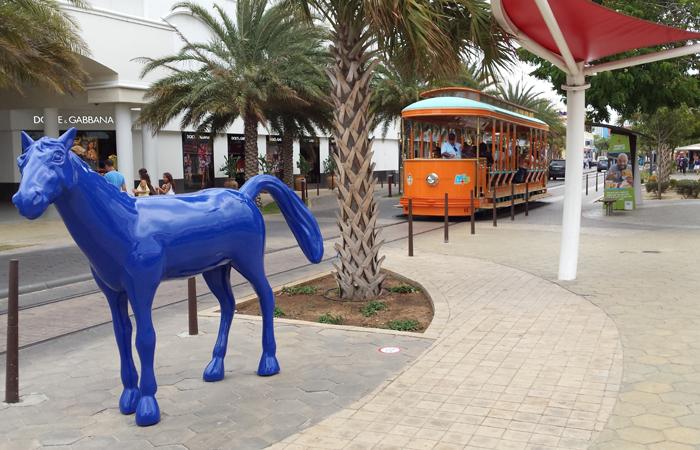 Bondinho é gratuito e faz percurso de dois quilômetros pela área comercial de Oranjestad. Foto: Paulo Goethe/DP