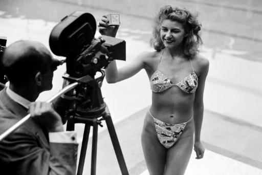 Em 1946, candidata a banhista mais bonita posa em uma piscina de Paris exibindo um biquíni criado por Louis Réard. Foto: AFP/Arquivos