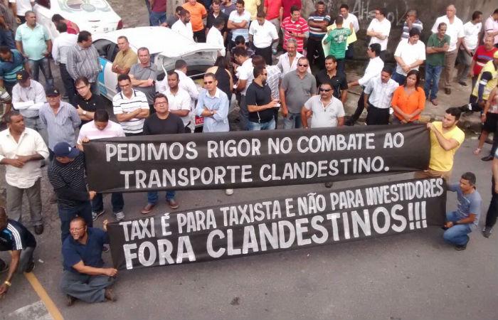 Da sede da CTTU, cerca de 300 taxistas seguirão até o MPPE, Assembleia Legislativa e Palácio do Governo. Foto: Carol Sá Leitão/ DP