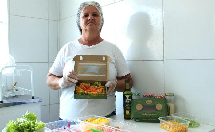 Edilene Maria de Oliveira participou da capacitação para aprender o manejo com saladas, tanto no preparo como na conservação desses alimentos. Foto: Mariana Fabrício/DP.