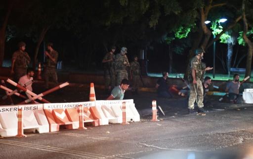 Soldados turcos detém indivíduos em Istambul. Foto: AFP BULENT KILIC