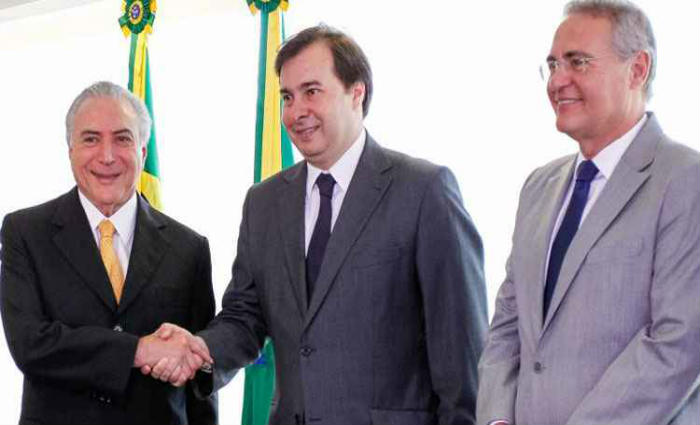 Rodrigo Maia e Renan Calheiros com o presidente interino Michel Temer: Planalto pressiona por agenda priorit
