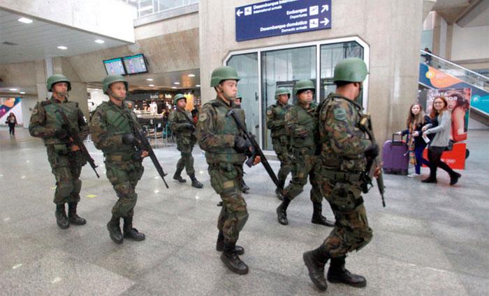 Na foto, as Forças de Segurança e Defesa que atuarão nas Olimpíadas e Paralimpíadas Rio 2016 realizaram treinamento no aeroporto Galeão. Foto: Clarice Castro/ GERJ