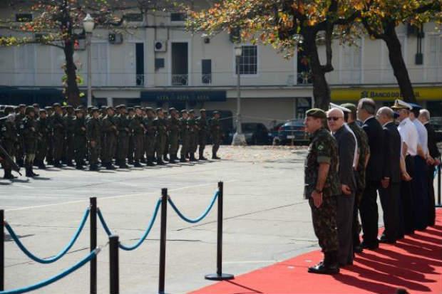 As tropas foram apresentadas em formatura simb