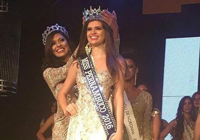 Sayonara Veras passa coroa para Tallita Martins. Foto: Reprodução/Facebook