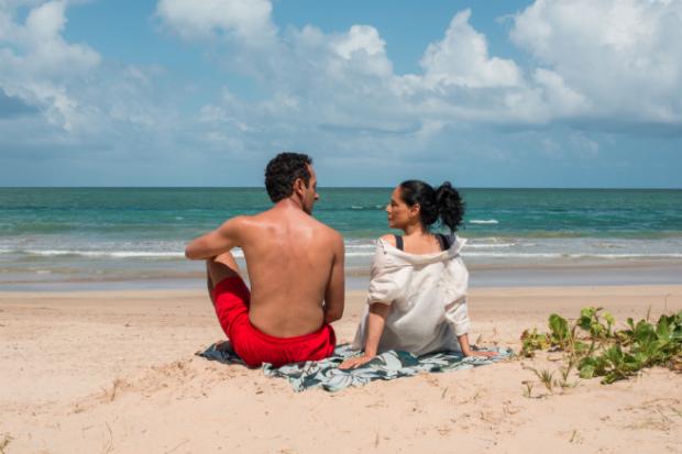 Irandhir Santos e Sonia Braga na praia do Pina em cena do filme. Foto: Victor Jucá/ Divulgação