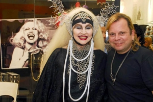 Elke ao lado do estilista e designer pernambucano Beto Kelner, que assinou coleção inspirada nela. Foto: Beto Kelner/Arquivo pessoal