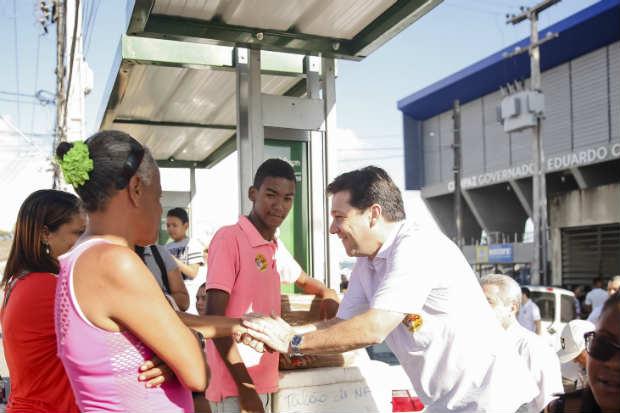 Geraldo conversou com moradores do entorno. Foto: Andrea R